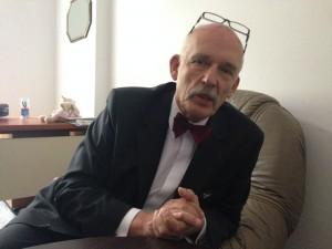 Janusz Korwin-Mikke, 72, recebe a Folha em seu escritório. Credito: Leandro Colon