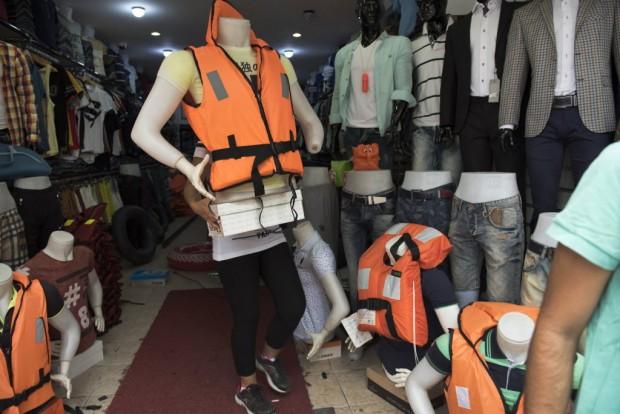 Loja em Izmir tenta vender colete salva-vidas a refugiados