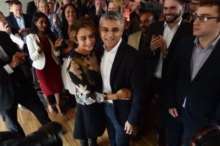 Sadiq Kan celebra escolha para ser candidato em Londres (Crédito: AFP PHOTO / BEN STANSALL ORG )